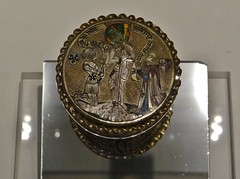ca. 1375-1380 - 'reliquary medallion with donors and Christ at the Column', Paris, Muse de Cluny, Paris, France (Roel Renmans) Tags: paris la heraldry christ praying jesus holy armor medallion land column kneeling armour christus aan christo colonne jezus reliquary armure rstung zuil medaillon harnas flagellation donors 1380 1375 1370 jupon surcoat reliquaire guardapelo reliek surcotte wappenrock opdrachtgevers geisselsule reliekmedaillon