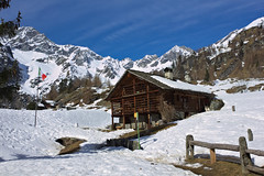 Winter bye bye (Marco MCMLXXVI) Tags: travel blue winter sky italy mountain snow ski mountains alps building primavera tourism architecture canon landscape eos spring outdoor hiking lodge ridge piemonte chalet mountainside inverno alpi montagna otro walser valsesia 550d