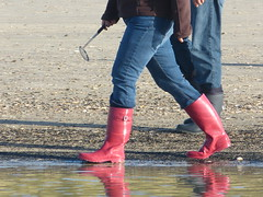 Searching for amber (willi2qwert) Tags: beach wet water girl strand fun women wasser wave wellies watt rubberboots gummistiefel wellingtons gumboots soaked flooded nass rainboots regenstiefel schmatzig