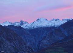 Los Urrieles, mirada crepuscular. (Mariano Aspiazu) Tags: espaa naturaleza landscape atardecer asturias paisaje invierno montaas cordilleracantbrica picosdeeuropa rosis carrea orientedeasturias losurrieles marianoaspiazu elurriello
