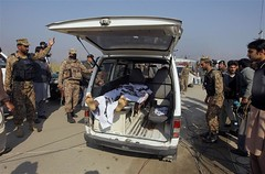 Terrorfico asalto deja 19 muertos (Tu Nexo De) Tags: universidad ataque pakistn tnxde hombresarmado
