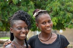 """323-""""Tendencia"""". (Ambrispuri) Tags: africa portrait pareja retrato colores ojos senegal mirada amistad jovenes adornos peinados muchachas ambrispuri"""