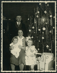 "Archiv EE218 Familienphoto mit ""Naether Puppenwagen"" vom 26. Dezember 1935 (Hans-Michael Tappen) Tags: christmas xmas baby weihnachten children 1930s outfit doll child father mother christmastree kind tinsel nol weihnachtsbaum mutter vater puppe tannenbaum 1935 kleidung gongs familienfoto christbaum lametta arbredenol hairbow puppenwagen christmastreedecorations christbaumschmuck schildkrtpuppe 1930er haarschleife archivhansmichaeltappen naetherpuppenwagen lamelledor"