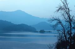 2-31 (EH500) Tags: mountain lake color slr film water sunrise landscape nikon scenery fuji taiwan slide velvia 135 nikkor  fujichrome nikoncoolscan  sunmoonlake angenieux rvp fe2 70210mm  rvp100 angenieux70210mm    fujichromevelvia   angnieux scanbynikon9000ed