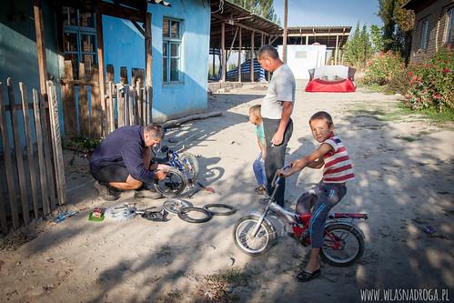 Szymon pomaga naprawić dziecięcy rowerek