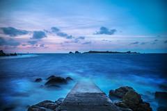 la cale d'argenton (fubu.flemm) Tags: mer france bretagne côte ciel crépuscule coucherdesoleil cale océan argenton longuepose borddemer