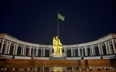 Trkmenbasy  Memorial (Rolandito.) Tags: monument statue memorial ashgabat trkmenbay aschgabat turkenbashi