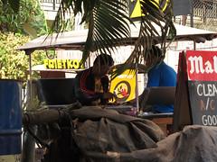 """Siem Reap: les conducteurs de tuk-tuk jouent aux échecs cambodgiens entre deux courses <a style=""""margin-left:10px; font-size:0.8em;"""" href=""""http://www.flickr.com/photos/127723101@N04/24268622686/"""" target=""""_blank"""">@flickr</a>"""