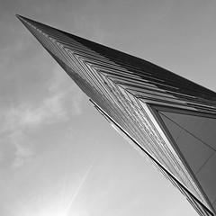 Strahlkraft (Panasonikon) Tags: berlin potsdamerplatz architektur himmel nikond5100 bw perspektive diagonale panasonikon sigma1020 weitwinkel quadrat 1zu1