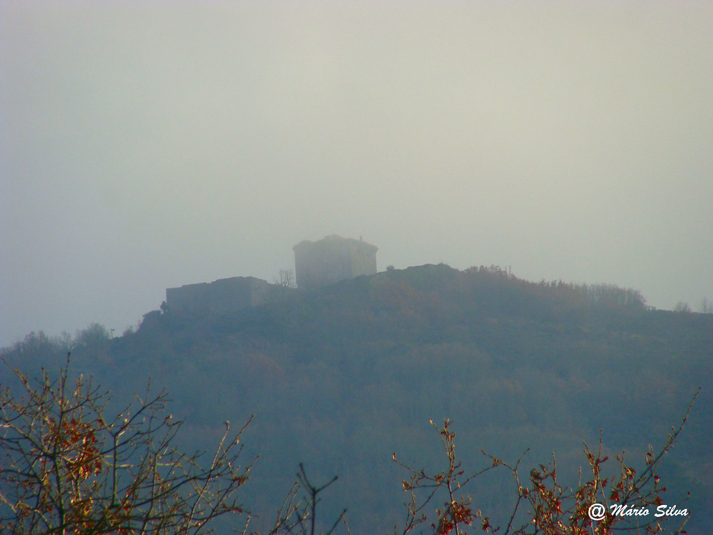 Águas Frias (Chaves) - ... Castelo de Monforte do Rio Livre entre a névoa ...