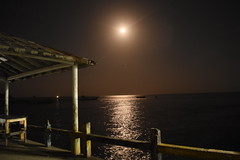 Muelle nocturno (mal horizonte) (brandonramirez11t) Tags: light sea beach night muelle dock playa supermoon