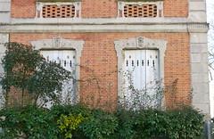 """Arcachon, Gironde, ville d't: la Maison universelle qui se vante dans un guide de 1890-1892 de pouvoir meubler n'importe quel """"chalet"""" en 24 heures, """"de quelque importance qu'il soit"""".... (Marie-Hlne Cingal) Tags: windows france twins 33 ventanas arcachon fentres finestre sudouest aquitaine gironde twozweideuxduedva2 villedt"""