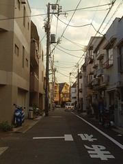 32 || 方南町・東京 || Hônanchô, Tokyo (akaibuutsu) Tags: road street sunset japan atardecer tokyo calle wire carretera telephone cables japón