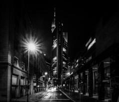 Weg zur Commerzbank (Kevin Chileong Lee) Tags: winter tower deutschland hessen nacht frankfurt architektur lichter commerzbank hochhaus citscape strase