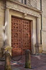 100416 015 (Jusotil_1943) Tags: door puerta cadenas marron cadena columnas 100416