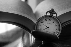 20-B/N- Tiempo, dame tiempo (Carolina R. S.) Tags: blanco de y bokeh negro libro reloj campo letras tiempo bolsillo profundidad