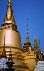 Wat Phra Kaew (TablinumCarlson) Tags: world leica heritage film analog thailand temple photo asia asien outdoor bangkok buddha dia scan unesco sri chrome grandpalace architektur agfa wat siam emerald gebude tempel weltkulturerbe phra kaew diapositive chedi c1 pagode budism rattana diascan  heiter budismus smaragdbuddha