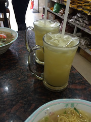 "Ho Chi Minh Ville: du jus de canne à sucre <a style=""margin-left:10px; font-size:0.8em;"" href=""http://www.flickr.com/photos/127723101@N04/24556806691/"" target=""_blank"">@flickr</a>"