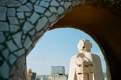 Casa Mil (Luis Andrei Muoz) Tags: barcelona leica film architecture analog analgica arquitectura casamil lapedrera kodakfilm antonigaud filmphotography kodakportra400 zeissbiogon35mmf2zm leicama