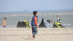 Amsterdam, strand Blijburg. (~Ingeborg~) Tags: boy beach water amsterdam strand child looking wind inge kitesurfing ijburg blijburg kitesurfen kijken ijmeer zoeken sprayingsand stuivendzand meinge ingeblankers