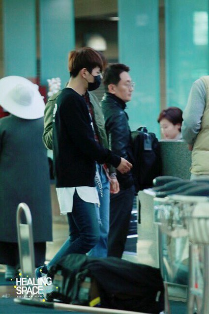 160328 Onew @ Aeropuerto de Incheon {Rumbo a China} 25988199772_3f15503522_z