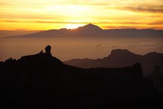 Roque Nublo - Gran Canaria, looking towards El Teide, Tenerife. (PeteB72) Tags: sunset grancanaria tenerife teide settingsun roquenublo laspalmasdegrancanaria roquebentayga