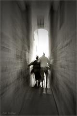 Destino final (Jos Santiago [Fotografia Creativa]) Tags: blancoynegro luz persona monocromo nikon gente tunel sitges zooming virado callejon d90 fotografiacreativa josesantiago josansaru