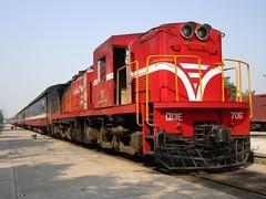 VNR D13E-706 at Dieu Tri, with train SE26 (Barang Shkoot) Tags: india asia diesel loco vietnam coco locomotive passenger freight export indochina alco vnr se25 se26 rotfai đườngsắt ydm4 d13e dsvn