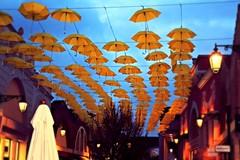 Scie (cor20131) Tags: street sky yellow canon eos lights evening shadows open view flash ombre giallo cielo luci effect strade depth architettura sera prospettiva effetti allaperto sfumature ombrelli profondit simmetrie 1000d sfumaturre