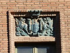 Grius per la policia de Barcelona (Bertran de Seva) Tags: barcelona sculpture ceramica window ceramic heraldry coatofarms catalonia finestra supporter catalunya griffin barcelons escut grifone araldica griu herldica