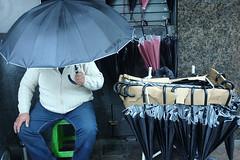 hay Paraguas (pablovignali) Tags: street uruguay calle lluvia streetphotography montevideo paraguas vignali pablovignali
