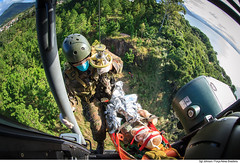 Resgate em área restrita (Força Aérea Brasileira - Página Oficial) Tags: fab sar resgate treinamento carranca salvamento forcaaereabrasileira brazilianairforce buscaesalvamento fotojohnsonbarros resgateiro carrancav operacaocarranca
