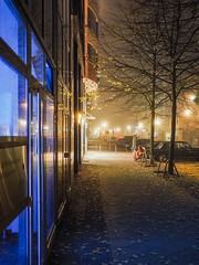 Nebelstimmung (fog mood) (berlin-belichtet.de) Tags: street city autumn berlin fog night germany cityscape nebel nightshot nacht pavement herbst olympus stadt mitte bluelight omd blaueslicht gehweg stadtansicht em10 nachtfoto strase omdem10