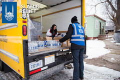 Islamic Relief USA distributes water to the residents of Flint, MI.