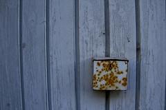 In einer winzigen Htte vor dem Tor hatten sie endlich Frieden gefunden (raumoberbayern) Tags: wood blue winter grey rust gate lock garage grau blau tor schloss rost wasserburg robbbilder urbanfragments bretter