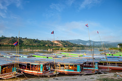 Slow Boats Docked in Houay Xai (Mild Delirium) Tags: morning winter sky naturaleza maana nature ro river la boat southeastasia barco ship outdoor sunny cielo invierno laos lao  huayxai soleado       bokeo  houayxai  banhouayxay houeisai  sudestedeasia  xf14mmf28r xf14mm fujinonxf14mmf28r fujifilmxt10 huoeisay