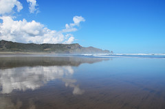 Bethells Beach (Guillaume Angibert) Tags: sea sky west reflection beach water montagne coast seaside sand waves sable reflet reflect beaches cote plage bethells