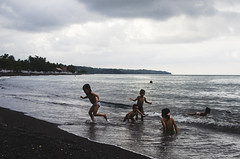 (TheTimeTraveler!) Tags: world trip travel sea people bali playing beach children indonesia photography mar nikon asia photos north free playa best viajes local fotografia amed javisnchez