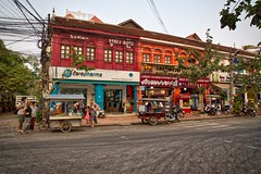 Evening near the city centre of Siem Reap in Cambodia (UweBKK (α 77 on )) Tags: life road street city light red urban orange building architecture evening asia cambodia kambodscha sony centre center siem reap southeast alpha dslr angkor 77 slt