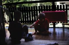 Bahamas 1988 (627) New Providence: Love Beach (Rüdiger Stehn) Tags: weihnachten menschen dia analogfilm scan 1980s slide 1980er diapositivfilm kleinbild kbfilm analog 35mm canoscan8800f 1988 contax137md bahamas nassau lovebeach insel palmen bauwerk profanbau haus garten newprovidence amerika westindischeinseln karibik mittelamerika gambier gambiervillage thebahamas nordamerika gebäude