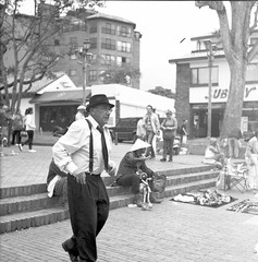 Los pasos salseros (Felipe Cárdenas-Támara) Tags: rolleiflexautomat6x6modelk4a rolleiflexjune1951march1954 rolleiflextlr zeissjenatessar3575 kodaktmax expiredfilm analoguephotography análoga fotográfosdecolombia fotografíaanáloga artesanos usaquén outdoors ventas calles colombia colombianphotographers felipecárdenastámara danza dancing street felipecardenasphotography