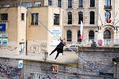 Bruxelles - Funambules au-dessus du canal 2016-04-09 (saigneurdeguerre) Tags: brussels 3 canon eos canal europa europe belgium belgique mark iii belgi bruxelles ponte 5d antonio brssel brussel belgica bruxelas belgien 2016 funambule saigneurdeguerre