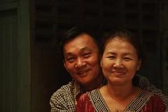 husband and wife (the foreign photographer - ) Tags: food portraits canon thailand kiss bangkok husband wife vendors khlong bangkhen thanon 400d