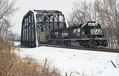 NS 3573, NS Chicago District, Fort Wayne, Indiana (monon738) Tags: railroad snow train pentax ns engine indiana railway locomotive railroadbridge fortwayne unit norfolksouthern emd sd402 railfanning allencounty diesellocomotive emdsd402 electromotivedivision smcpda50135mmf28edifsdm nschicagodistrict k5iis ns3573