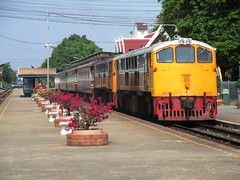4041 and 4042 at Nakhon Pathom (Barang Shkoot) Tags: electric thailand diesel pair working loco locomotive tandem ge cummins gek srt thonburi rsr rotfai