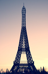 Torre Eiffel (AlbaMD Photography) Tags: madrid parque espaa love spain arquitectura amor sombra colores cielo torreeiffel silueta pars estructura sanvalentin torrejn parqueeuropa torrejnderdoz