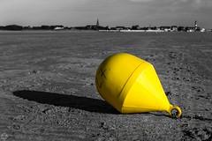 DSC03154 (mortelette.david) Tags: france beach monochrome jaune de sand sable plage nord buoy champ gravelines boue pronfondeur