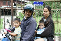 family on a motorcycle (the foreign photographer - ) Tags: family canon thailand kiss bangkok motorcycle bangkhen 400d