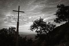 Desolación del Cristianismo V / Desolation of Christianity V (ikimilikili-klik) Tags: bw byn contraluz cross bn cruz euskalherria basquecountry navarre navarra nafarroa napal gurutzea nikkor28mm d700 nikond700 romanzado 28mmf18g