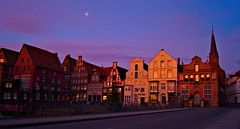 Morgenstimmung am Stint 2 (Hoffnungsschimmer) Tags: street morning blue houses sky moon sunrise mond town himmel stint blau sonnenaufgang morgen morgens lunenburg huser lueneburg lneburg strase